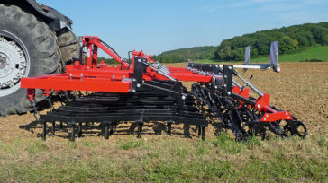 Excellent adaption to the soil contour of the trailing roller through adjustable pressure springs